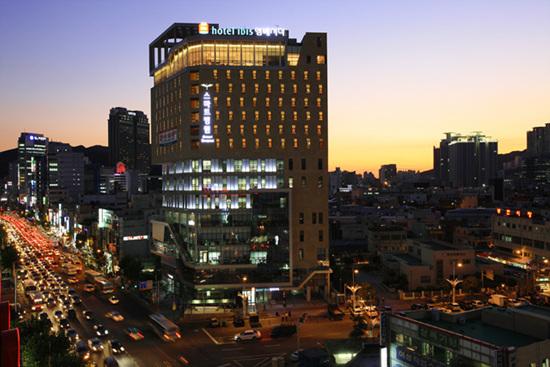 부산 부전역에 들어선 스마트병원에는 총 17층 가운데 저층부에는 7개 진료과목을 갖춘 준종합 병원이, 상층부는 글로벌 체인 호텔 Ibis Ambassodor 호텔이 들어서 있다.