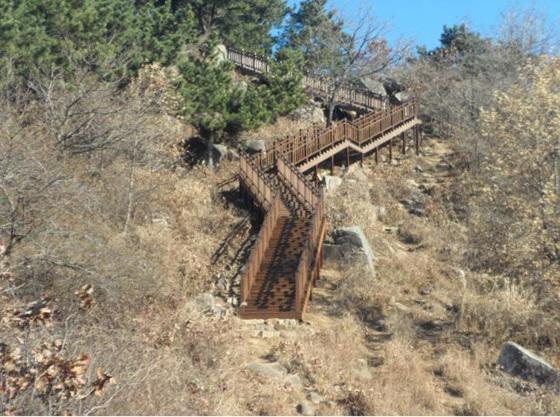 금정산 등산로에 설치된 데크 계단 (사진 = 부산시 제공)