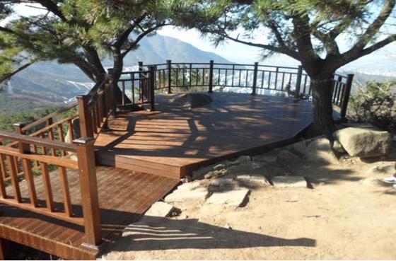 금정산 등산로에 설치된 전망대 (사진 = 부산시 제공)