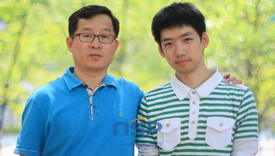 이근우교수와 이윤호씨 (사진 = 경상대 제공)