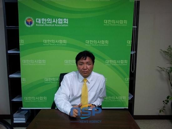 송형곤 대한의사협회 대변인이 의사로써 우리는 환자를 살리는 치료를 하고 싶다고 말하고 있다.
