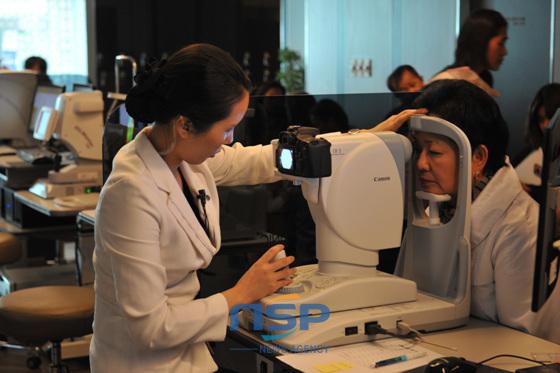 부산에 거주하는 결혼 이주 여성들을 대상으로 펼쳐진 나눔의료현장에서 안검진을 실시하고 있는 모습. (사진 = 김동은 기자)