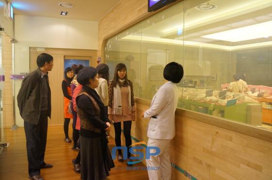 베트남 팸투어 방문단이 부산 해운대 엘리움여성병원을 방문해 신생아실을 둘러보며 상당한 관심을 보이고 있다. (사진 = 김동은 기자)