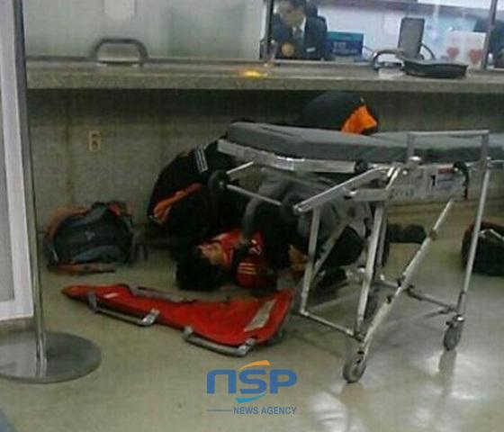 동대구역에서 한 남성이 자해를 하고 쓰러져 있다. (사진 = 트위터 캡처)