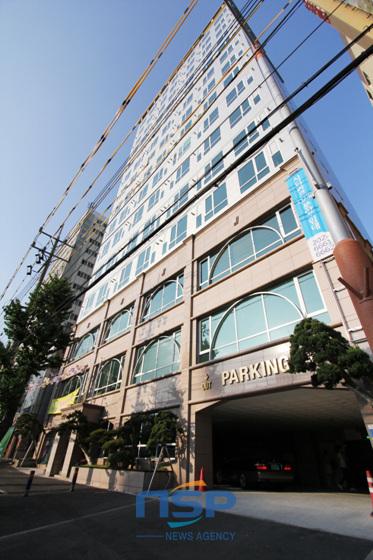 부산 하단역세권 일대에서 유난히 눈에 띄게 우뚝 솟아있는 시티파크는 15층 건물에 지상 1~3층은 상가, 4층부터는 낙동강을 조망권으로 총 118가구 11.91~12.76평형에 전용율 70%(8.5평)를 자랑한다.