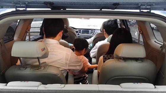 성인 6명과 미취학 아동 1명 등 모두 7명이 탑승한 기아차 올 뉴 카니발 9인승(운전자 사진 촬영)