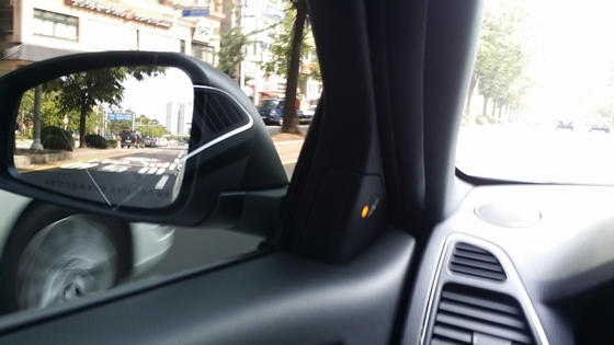 주행중 사각지대로 차량이 접근하자 사각지대 정보 시스템이 경고하고 있다. (사진 = 강은태 기자)