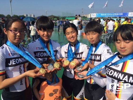 여수 여문초등학교 롤러스피드 선수들이 메달을 들어 보이고 있다. (사진 = 여수교육지원청)