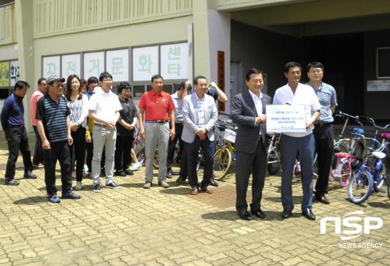 여수시가 고장나 방치된 자전거를 수리해 여수시자전거연합회에 전달하고 있다. (사진 = 여수시)