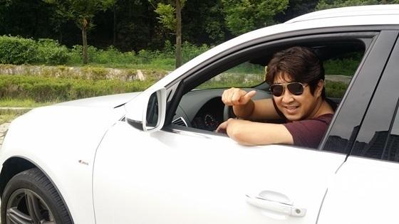 하필이면의 가수 하필승준이 아우디 Q5 45 TDI 콰트로 모델 시승 중 엄지 손가락을 치켜 세우며 좋은차라는 싸인을 주고 있다. (사진 = 강은태 기자)