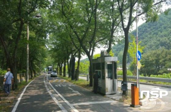 보경사 군립공원 진입로에서 주차료를 징수하고 있다.