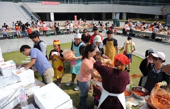 슈퍼맘 김치나눔 페스티벌 참가자들이 김치를 만들고 있믄 모습 (사진 = 킨텍스)