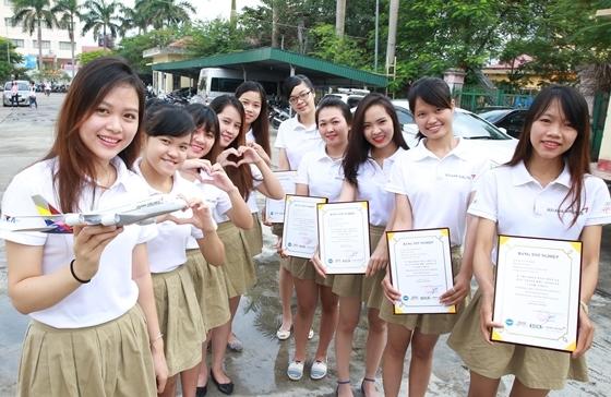 25일(화) 베트남 하노이 하이즈엉성(省) 3·8직업훈련센터에서 열린 2016 베트남-아름다운 교실 수료식에서 교육수료생들이 기념촬영을 하고 있다.