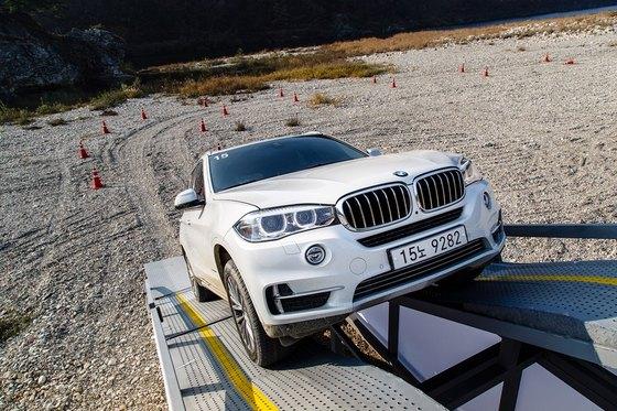 경사각도 35도의 가파른 언덕경사로 인공 구조물을 BMW X5 차량이 오르고 있다. (사진 = BMW 코리아)