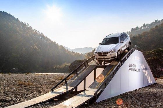 경사각도 35도의 가파른 언덕경사로 인공 구조물을 BMW X5 차량이 내리고 있다. (사진 = BMW 코리아)
