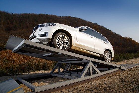 2m의 고도에서 차량이 충돌했을 때 받는 충격을 흡수해주는 서스펜션의 기능을 테스트하는 테라포드 인공 구조물에선 2톤이 넘는 BMW X5차량이 떨어지는 충격 실험을 위해 구조물을 오르고 있다. (사진 = BMW 코리아)