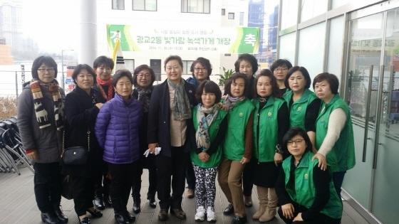 유준숙 수원시새마을부녀회 회장(앞줄 좌측 네번째)이 광교2 녹색가게에서 관계자들과 사진촬영을 하는 모습. (사진 = 수원시새마을부녀회 제공)