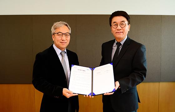 KOCCA-SBS, MOU 체결식(좌측부터 SBS 미디어비즈니스센터장 김혁, 한국콘텐츠진흥원 김영철 부원장).
