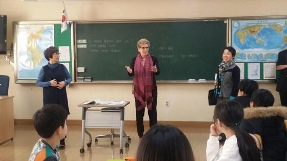캐슬린 윈 수상이 학교를 방문했다. (사진 = 경기도교육청 제공)