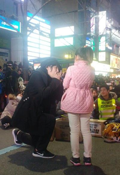 ▲부산 촛불 공연에서 아이와 함께하는 김장훈 (사진 = 공연세상)