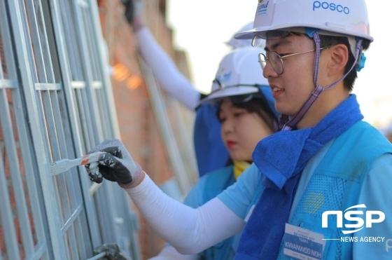 포스코 대학생봉사단 비욘드 10기 단원들이 베트남 해외건축 봉사활동에 참여해 구슬땀을 흘리고 있다. (사진 = 포스코)