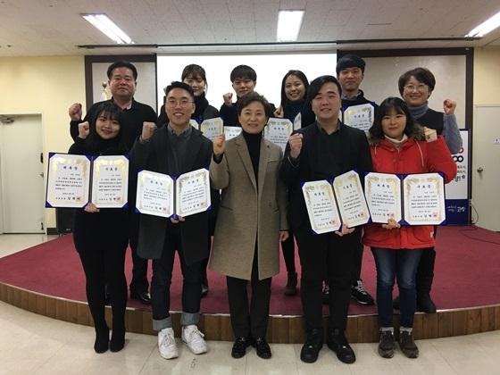 김현미 국회의원 대학생명예보좌관 3기 수료식 후 기념사진 (사진 = 김현미 의원)