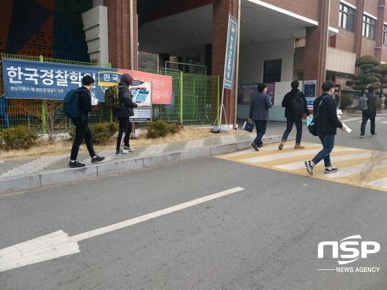 대구지방청에 응시한 경찰수험생들이 시험장으로 들어 가고 있다.