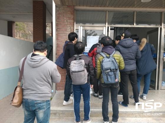 경찰수험생들이 시험장 호실을 확인하고 있다.