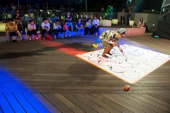 2017 안산국제거리극축제 레이지핑크웨일-라이브 페인팅 (사진 = 안산시)