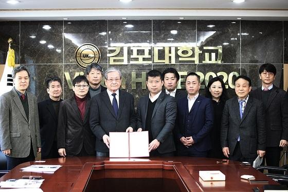 김포대학교와 일본 IT기업 관계자와 MOU체결 후 기념사진을 촬영하고 있다. (사진 = 김포대학교)