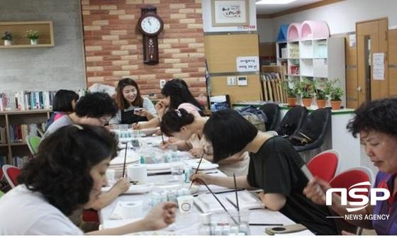 광주 서구가 지난 해 농성문화의집행복학습센터에서 실시한 핸디페인팅 교육. (사진 = 광주 서구)