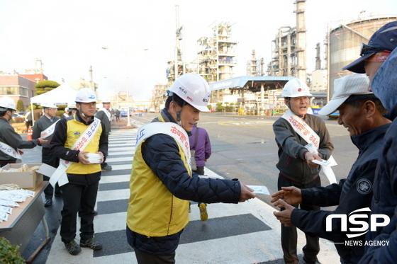 산단 대정비 사업장 입구에서 주철현 여수시장이 출근하는 근로자들에게 안전문화 정착을 위한 홍보물을 배부하고있다. (사진 = LG화학)