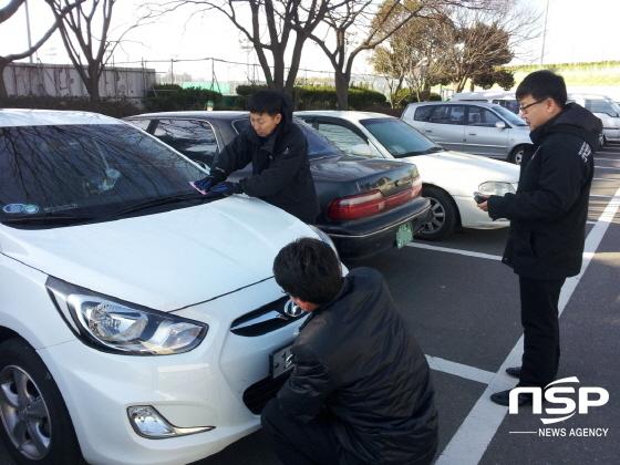 포항시 공무원들이 체납차량에 대해 번호판을 영치하고 있다. (사진 = 포항시)