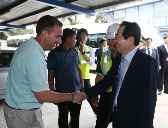 정세균 의장이 우리기업 싱가폴 지하철 공사현장을 방문 격려하고 실무자와 악수를 하고 있다.
