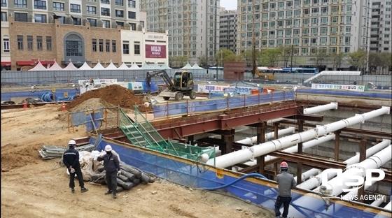 요진건설 측이 지하 20미터까지 터 파기 공사를 진행한 고양시 백석동 업무시설 건축현장을 원상복구하기 위해 흙을 메우는 작업을 실시하고 있다. (사진 = 강은태 기자)