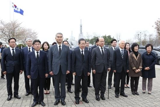 홍준표 대통령 후보는 20일 오후 경기 평택 해군2함대 천안함기념비를 방문해 참배하고 보훈·안보공약을 발표했다.