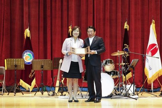 김진희 안산시의원(왼쪽)이 안산시 장애인 복지대상 부문 상을 받고 있다. (사진 = 안산시의회)