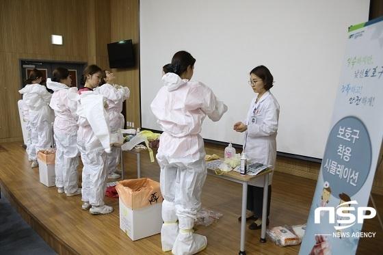 순천향대천안병원은 지난 20일 교직원을 대상으로 개인 보호장비 착용·탈의 시뮬레이션 교육을 진행했다. 교직원들이 감염관리팀의 지도아래 실습에 참여하고 있다. (사진 = 순천향대천안병원)