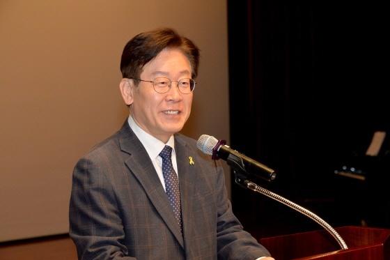 12일 성남시청 온누리실에서 5월 직원조회에서 인사말을 하고 있는 이재명 성남시장. (사진 = 성남시)