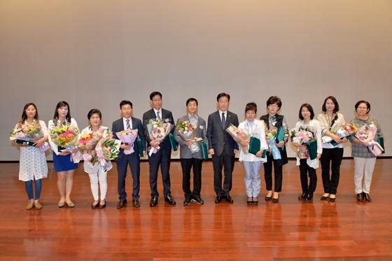 12일 오전 성남시청 온누리실에서 열린 5월 직원조회에 참석한 이재명 성남시장과 상을 수여받은 시 공무원들. (사진 = 성남시)
