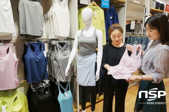 롯데백화점 대구점 지하 2층 유니클로 매장에서 직원이 땀을 빠르게 건조시키는에어리즘(AIRism)소재를 활용한 상품들을 추천하고 있다. (사진=롯데백화점 대구점)
