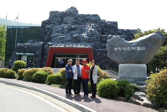 광명시의회 나상성, 김기춘, 김정호, 이윤정(사진 좌측부터) 의원이 보령석탄박물관을 둘러보고 기념촬영을 하고 있다. (사진 = 광명시의회)