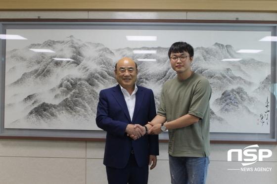 황준영 군이 출국전 정현복 광양시장과 포즈를 취하고 있다. (사진 = 광양시)