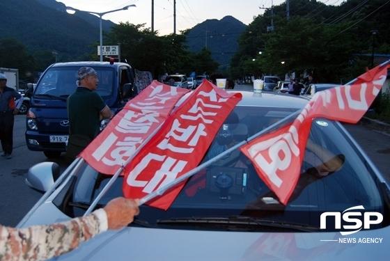 소성리 마을 주민들이 서북청년단 회원의 차량에 항의하기 위해 사드 반대 구호가 담긴 깃발을 올렸다. (사진 = 김덕엽 기자)