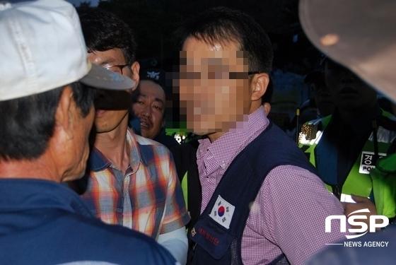 서북청년단 회원이 소성리 이석주 이장에게 빨갱이라고 비난하는 모습 (사진 = 김덕엽 기자)