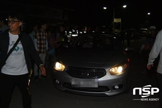 서북청년단 회원들이 경찰 관계자의 호위를 받으며 소성리를 빠져나가고 있다. (사진 = 김덕엽 기자)