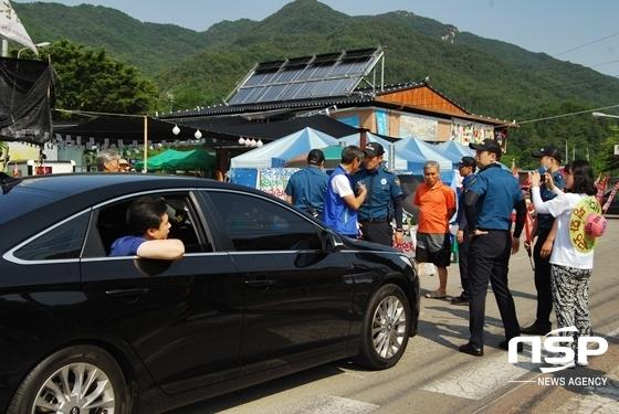 도준수 경북성주경찰서장(왼쪽)이 차량에서 주민들에게 비켜줄 것을 요구하고 있다.(사진 = 김덕엽 기자)