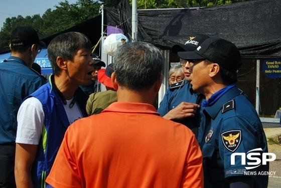박철주 소성리 종합 상황실장 (왼쪽)이 경찰 관계자에게 항의하고 있다. (사진 = 김덕엽 기자)