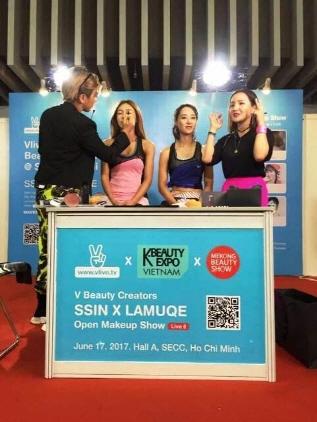 케이뷰티 엑스포 베트남에서 뷰티 크리에이터 (왼쪽부터)씬님, 라뮤끄가 메이크업 쇼를 하고 있는 모습. (사진 = 경기도)