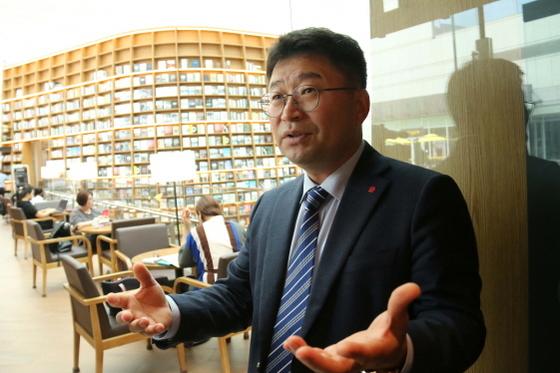 조두일 영업담당 상무가 코엑스 내에 위치한 이마트위드미 프리미엄 점포에 대해 설명하고 있다. (사진 = 신세계그룹 제공)